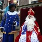 De kleding van Sinterklaas: de mantel, de mijter en de staf