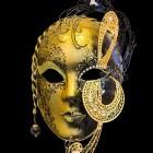 Schuilgaan in Venetië met een masker tijdens carnaval