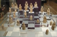 Lewis chessmen in British Museum / Bron: Jack1956, Wikimedia Commons (Publiek domein)